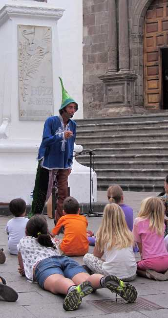 Pepin telling stories for World Book Day, Plaza España, Santa Cruz de La Palma